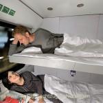 Ein junges Paar im DB Nachtzug Schlafwagen