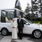 Daimler Chef Zetsche übergibt Papamobil